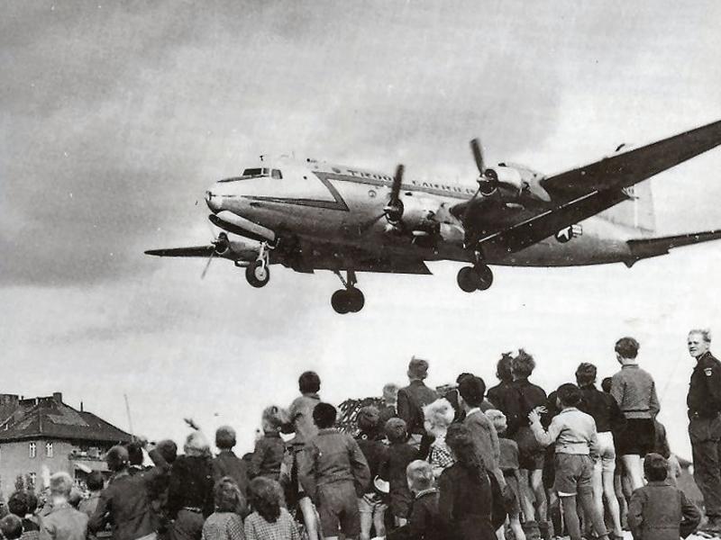 Rosinenbomber wirft Pakete über Berlin ab.