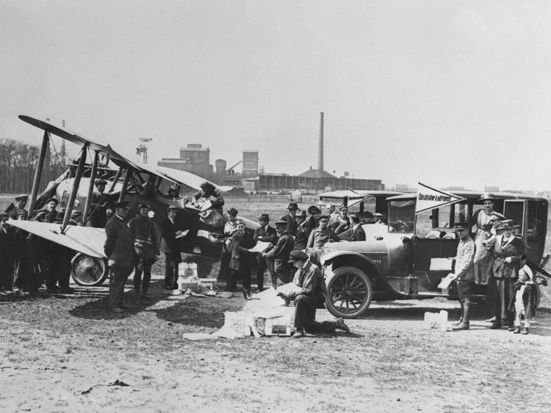 1911 fliegt das erste Frachtflugzeug Deutschlands von Berlin nach Frankfurt.