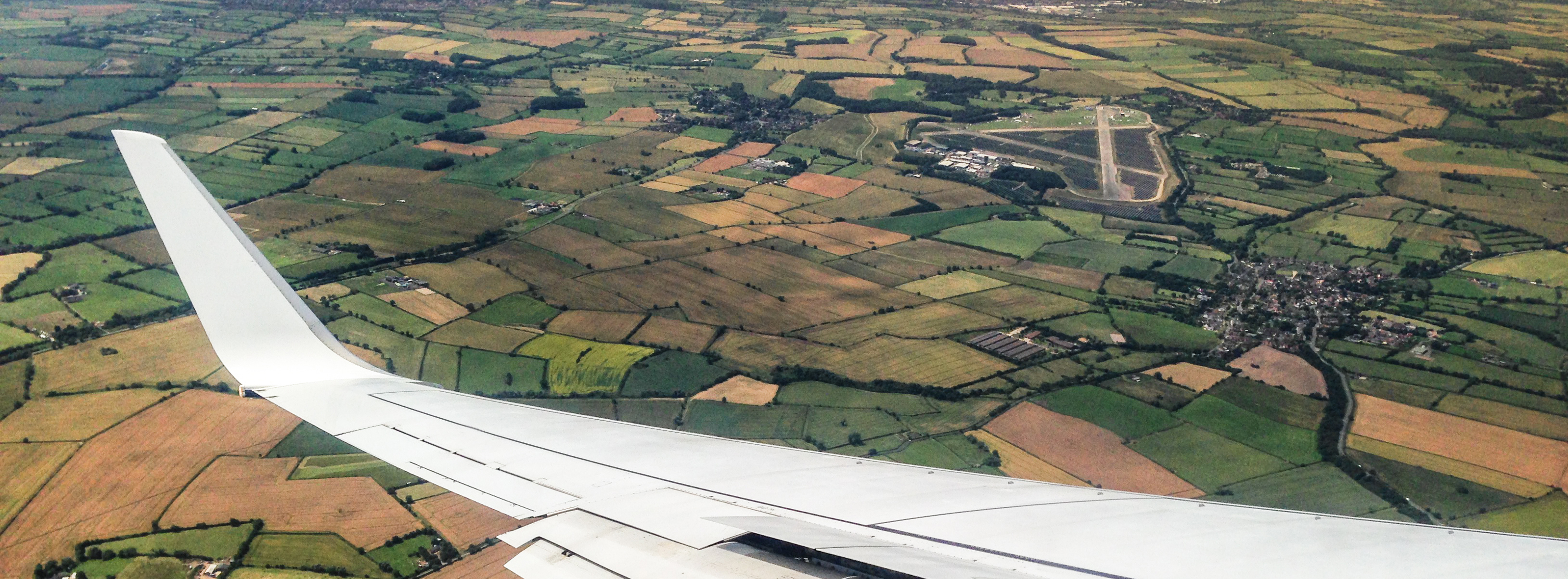Flugzeug fliegt über Feld